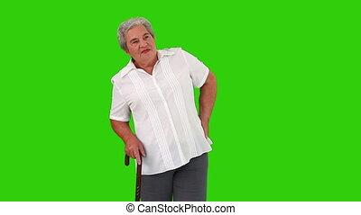 gepensioneerd, vrouw, met, een, stok, hebben, een, rugpijn