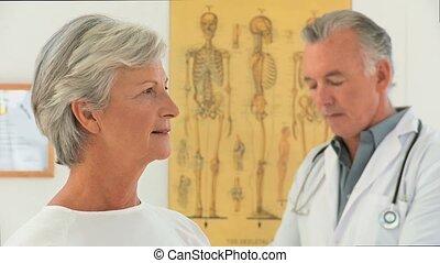gepensioneerd, vrouw, met, haar, arts