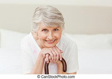 gepensioneerd, vrouw, met, haar, stok