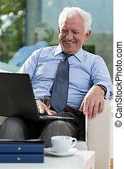 gepensioneerd, zakenman, gebruikende laptop