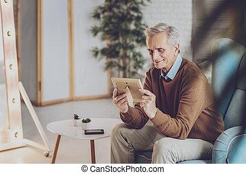 gepensioneerde, zijn, vrouw, denken, positief, ontspannen, over