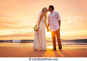 gerecht, paar, verheiratet, tropische , sonnenuntergang, küssende , sandstrand