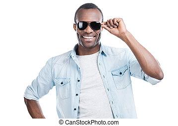 gereed, voor, innemend, hearts., mooi, jonge, zwarte man, aanpassen, zijn, zonnebrillen, en, het glimlachen, aan fototoestel, terwijl, staand, tegen, witte achtergrond