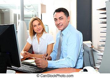 gerente, e, empregado, frente, computador, em, escritório