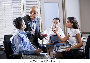 gerente, reunião, com, trabalhadores escritório, dirigindo