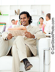 gerente, self-assured, jornal leitura