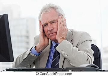 gerente velho, trabalhando, monitor, cansadas