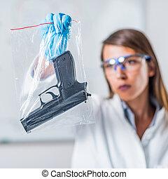 gerichtliche wissenschaft, experte, untersuchen, gewehr, gesammelt, an, a, tatort