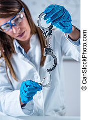 gerichtliche wissenschaft, experte, untersuchen, handschellen, sammeln, blut