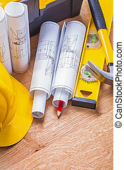 gerolde, blauwdruken, gele, hardhat, rood potlood, niveau, hamer, op, hout
