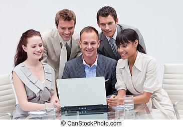 geschäft mannschaft, arbeitende , mit, a, laptop, in, ein, buero