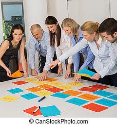 geschäft mannschaft, brainstorming, gebrauchend, farbe, etiketten