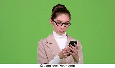 geschäftsdame, in, a, nachricht, telefon, zu, sie, friend., grün, schirm