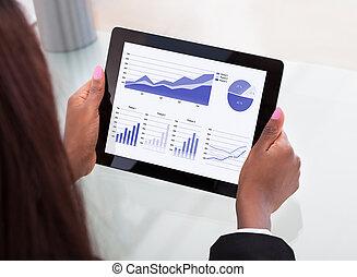 geschäftsfrau, analysieren, finanziell, tabellen, auf, digital tablette