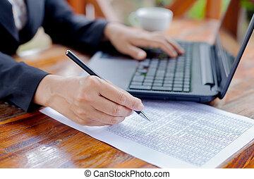 geschäftsfrau, analysieren, investition, tabellen, mit, laptop., accountin