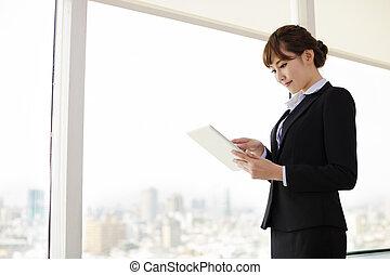 geschäftsfrau, arbeiten, tablette, edv, in, buero