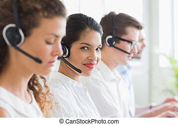 geschäftsfrau, arbeitende , in, anruf- mitte