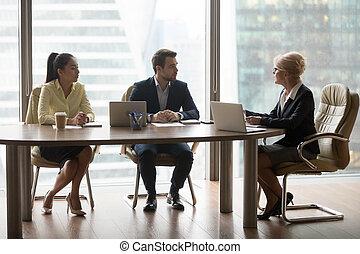geschäftsfrau, halten, diskussion, an, buero, geschäftstreffen