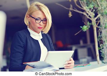 geschäftsfrau, in, buero, arbeiten, digital tablette