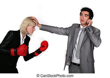 geschäftsfrau, mit, boxhandschuhe, und, mann, kollege, telefon
