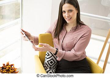 geschäftsfrau, mit, digital tablette, in, büro