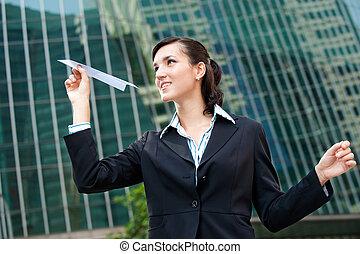 geschäftsfrau, mit, papierflugzeug