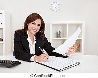 geschäftsfrau, mit, schreibarbeit