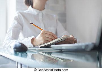 geschäftsfrau, schreibende, mit, bleistift, auf, notizblock,...