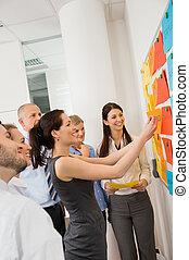 geschäftsfrau, stecken, etiketten, auf, whiteboard