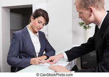 geschäftsfrau, unterzeichnendes dokument