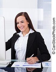 geschäftsfrau, verwenden computers, in, buero