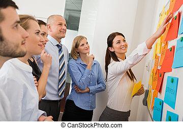 geschäftsfrau, zeigen, etiketten, auf, whiteboard