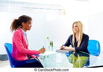 geschäftsfrauen, interview, versammlung, multi-ethnisch