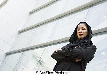 geschäftsfraunansehen, draußen, per, gebäude, (selective,...