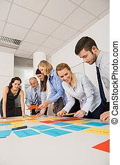 geschäftskollegen, brainstorming, mit, etiketten
