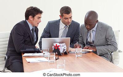 geschäftsmänner, in, a, versammlung, arbeitend zusammen