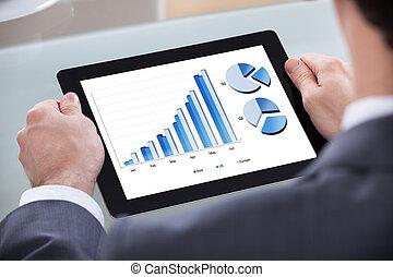 geschäftsmann, analysieren, tabelle, auf, digital tablette