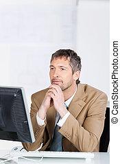 geschäftsmann, anschauen computerbildschirm, in, buero