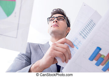 geschäftsmann, anschauen, finanziell, tabellen, und, schaubilder