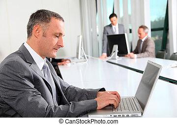 geschäftsmann, arbeiten, laptop-computer, in, buero