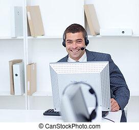 geschäftsmann, arbeitende , in, a, anruf- mitte