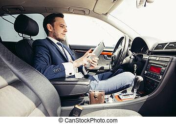 geschäftsmann, auto, mit, der, tablette