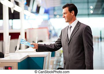 geschäftsmann, bankschalter, kontrollieren, fluggesellschaft