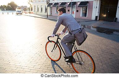 geschäftsmann, fahrenden fahrrad, arbeiten