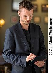 geschäftsmann, gebrauchend, digital tablette, an, café