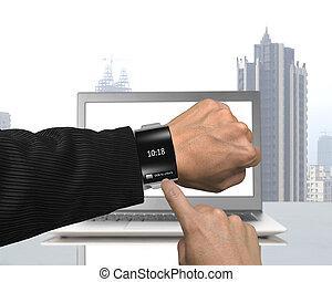 geschäftsmann, hand, schwarz tragen, glas, smartwatch, mit, gebogen, interf