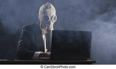 geschäftsmann, in, gasmaske, arbeiten, laptop, in, buero,...