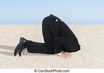 geschäftsmann, kopf, seine, sand, verstecken