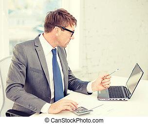 geschäftsmann, mit, edv, papiere, und, taschenrechner