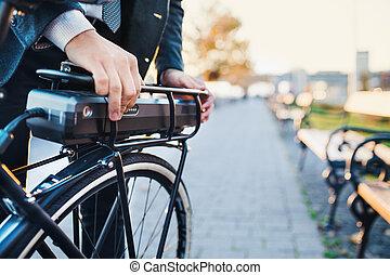 geschäftsmann, pendler, elektrisch, city., auf, fahrrad, ...